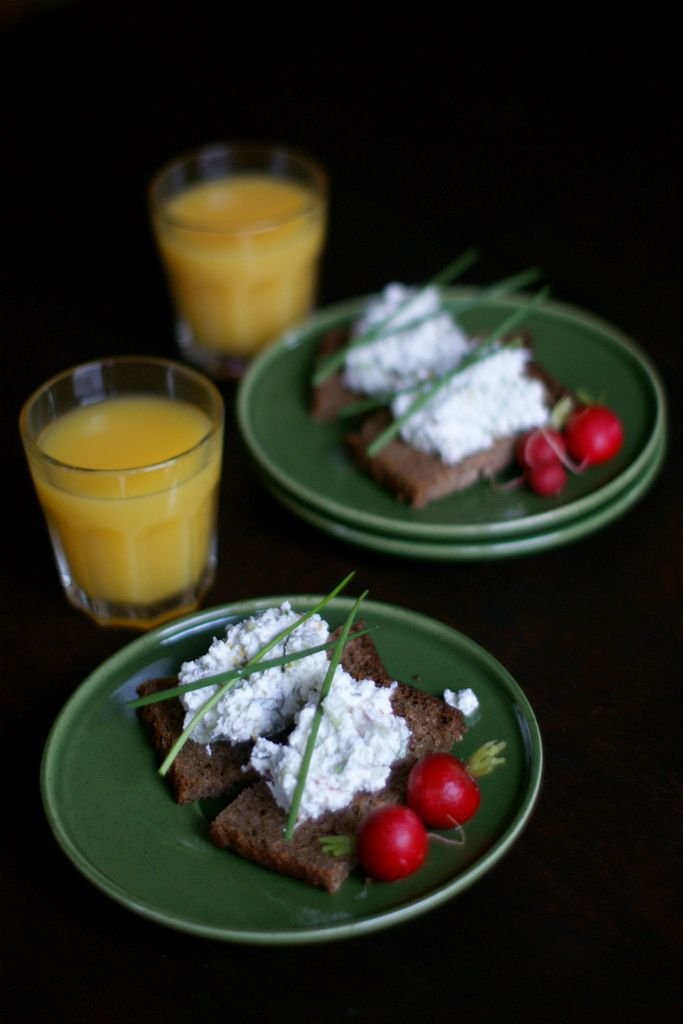 Cottage cheese with cucumber on dark bread