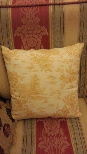 """Lato cuscino con stampa gialla con disegno in stile """"settecento"""""""