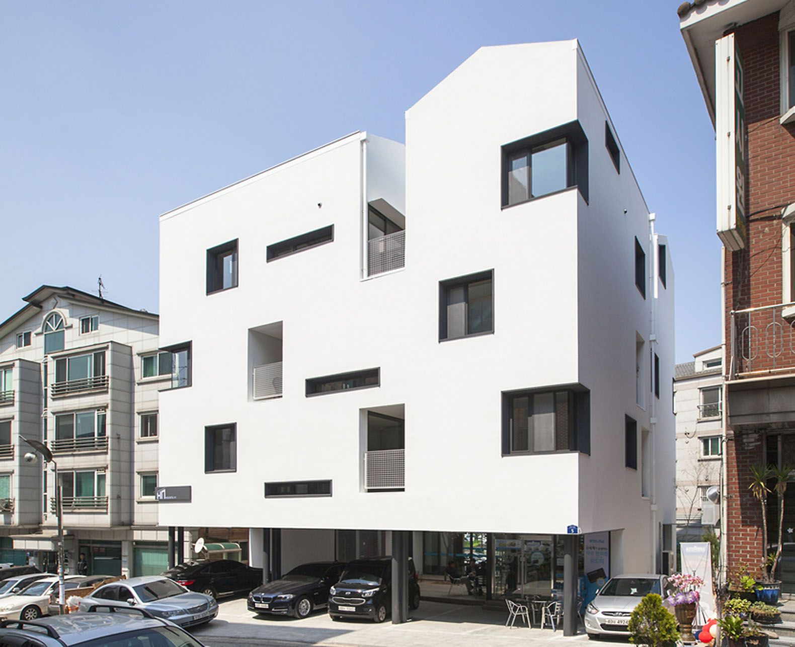 Innovative gap house in seoul saves space with communal for Space definition in architecture