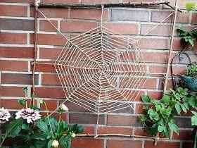 Mondarah: Gartendeko mit Kindern basteln - DIY für ein Spinnennetz aus Ästen #spinnennetzbasteln