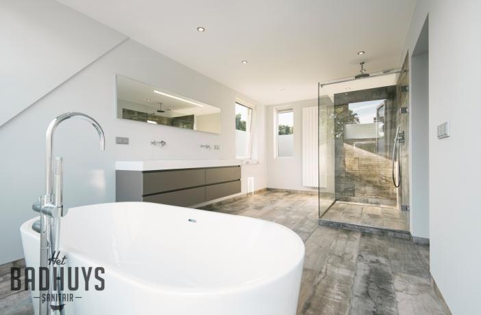 Ruime badkamer met vrijstaand bad en inloopdouche stucwerk