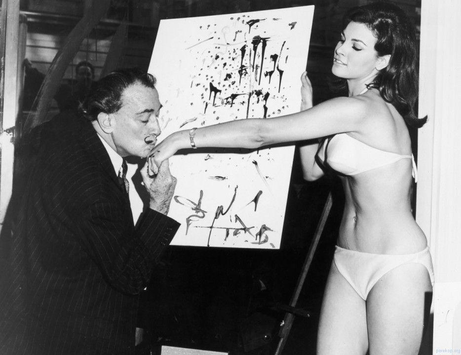 Salvador Dalí pinta un retrato abstracto de Raquel Welch de 25 años de edad