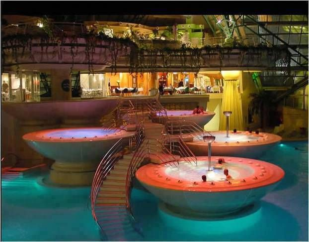 Caldea, Andorra. La spa più bella del mondo. Un enorme spazio con pozze d'acqua di diversa temperatura per dedicarsi alla cura e al benessere del corpo in un ambiente a dir poco surreale.