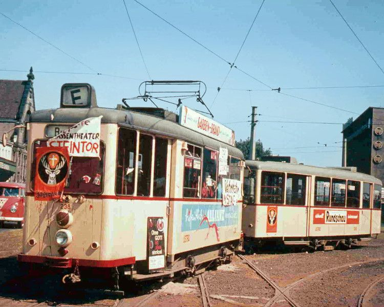 1969: Straßenbahnen werden durch blockierte Gleise am Weiterfahren gehindert