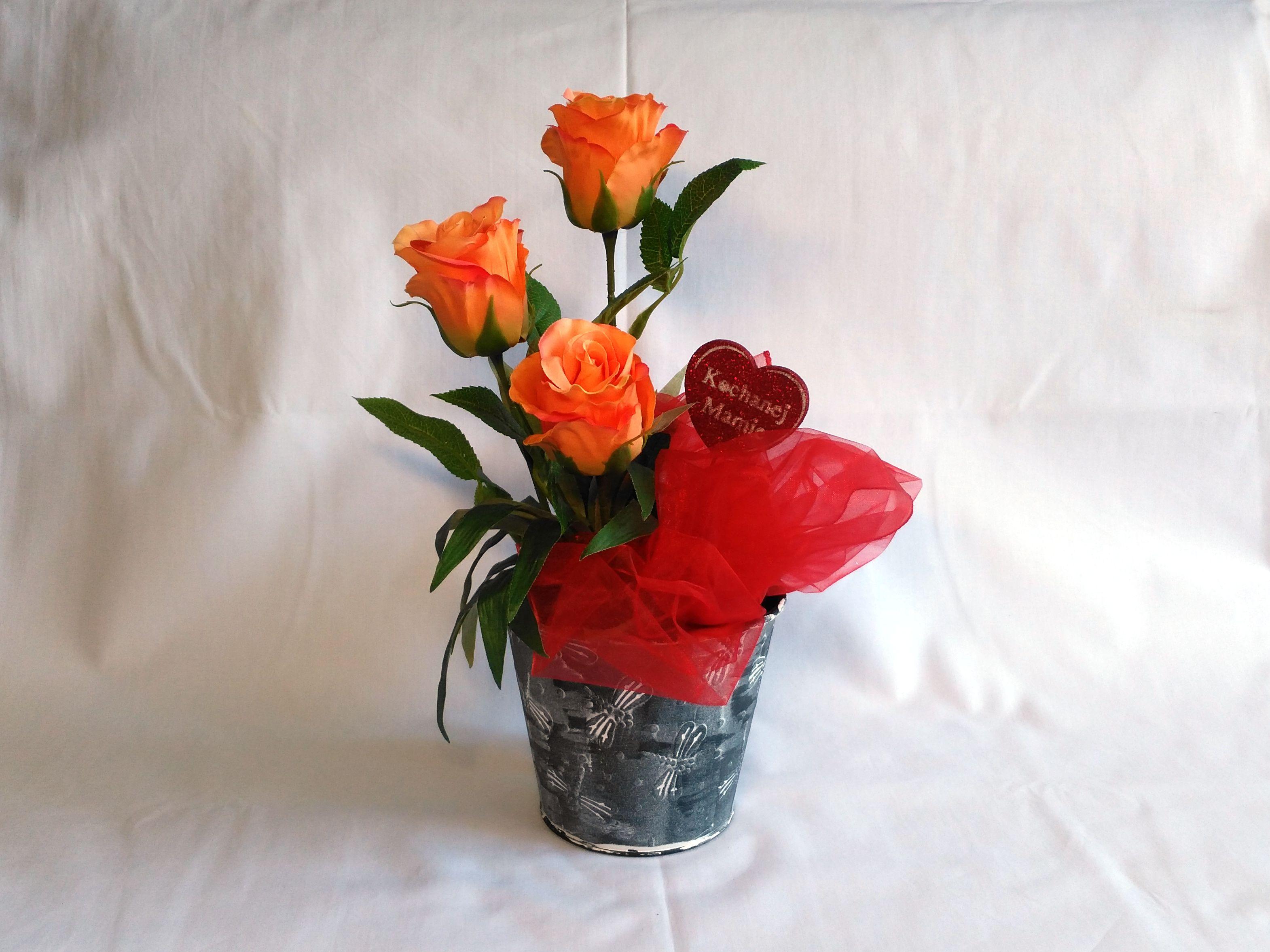 Kompozycja Ze Sztucznych Kwiatow W Szarej Doniczce Na Dzien Matki Home Decor Decor Vase