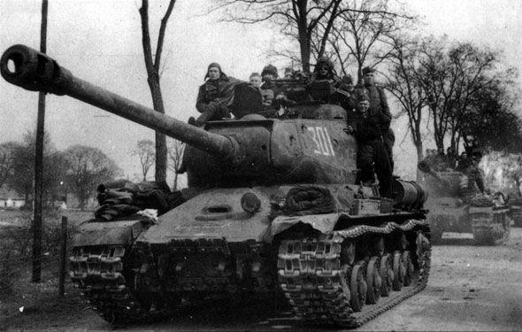 1945, Allemagne, Berlin, Colonne de chars Russes IS-2 dans