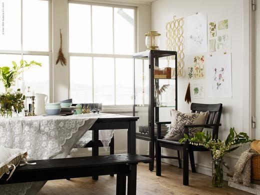 Vi gav tre stylister uppdraget att inreda ett och samma uterum. Först ut är Anna Mårselius och en romantisk stil med inslag av trä och industridetaljer. Utemöblerna ÄNGSÖ i svart i massiv laserad furu står emot både sommarens sköna solstrålar och uppfriskande regn.