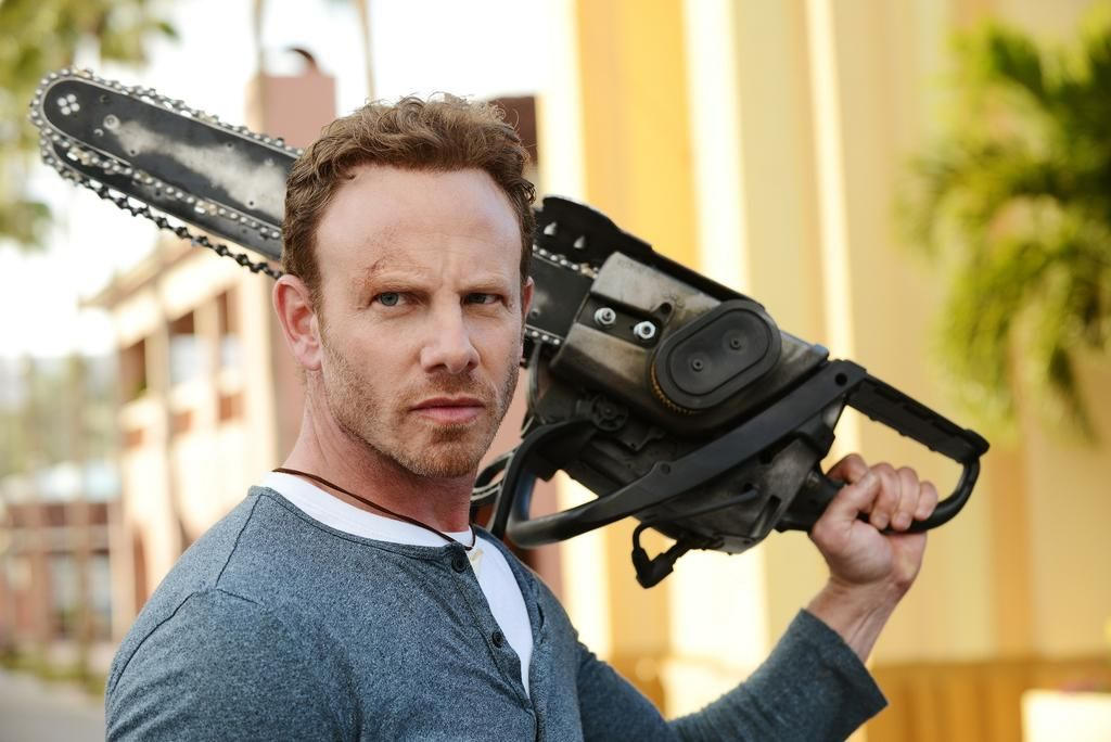 Fin Shepard (Ian Ziering) | Fin es un surfero, propietario de un bar y héroe inesperado de los Sharknados que casi destruyen Los Ángeles y Nueva York. Cuidado, tiburones: con una motosierra, Fin está armado y peligroso.