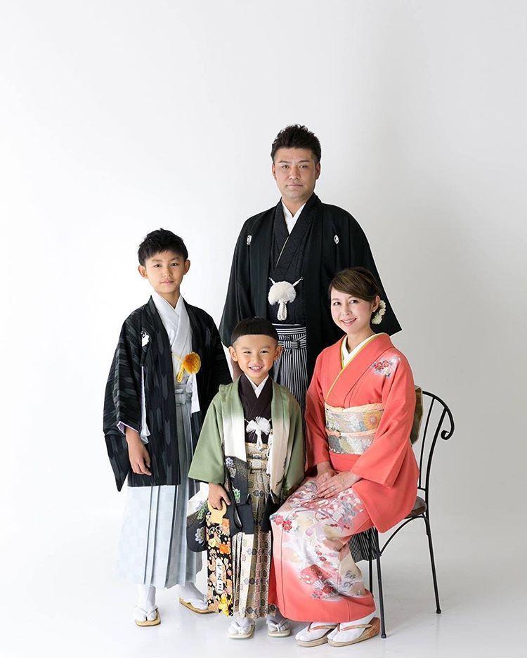 Family おしゃれまとめの人気アイデア Pinterest Kimonobykamino 七五三 着物 ママ 着物 753 家族写真のポーズ