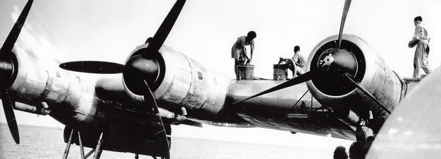 Aéropostale : Ravitaillement en essence de l'avion Laté 631 par des Mauritaniens, à Port-Étienne.