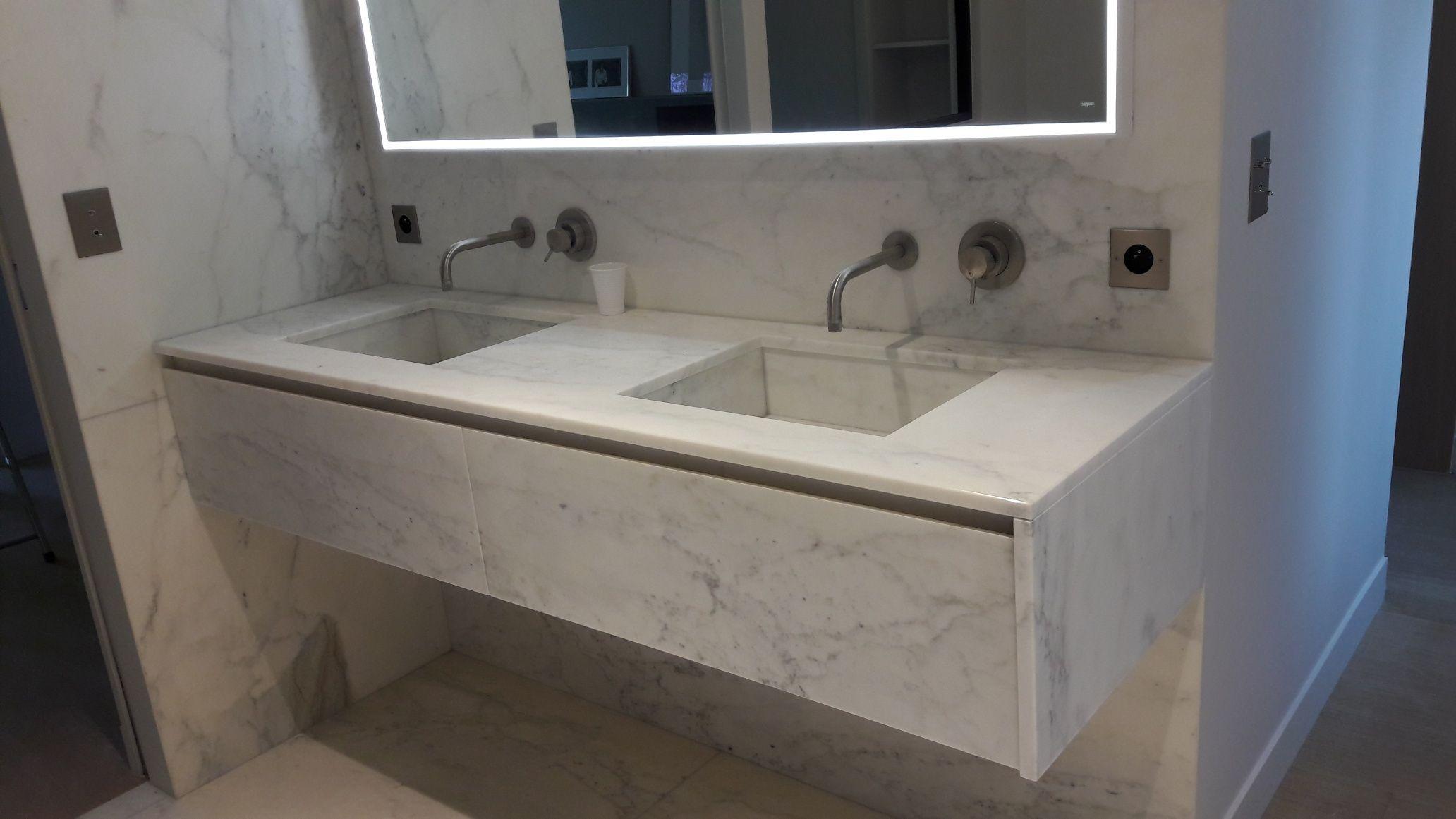 Meuble avec plan vasque en marbre cuve intégrée, tiroirs