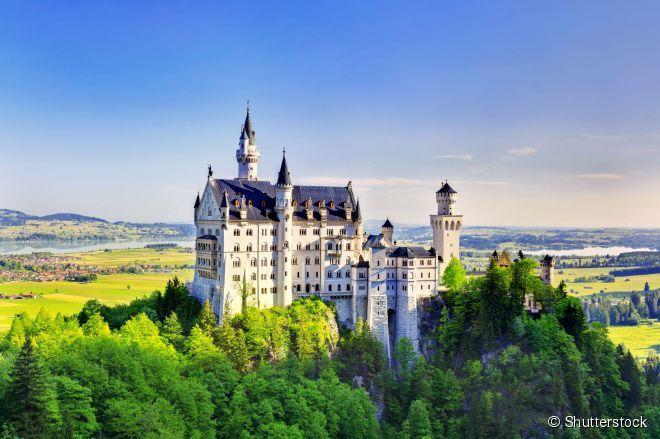 O Castelo de Neuschwanstein, perto de Füssen, no sudoeste da Baviera, é um dos cartões-postais mais famosos e fotografados da Alemanha