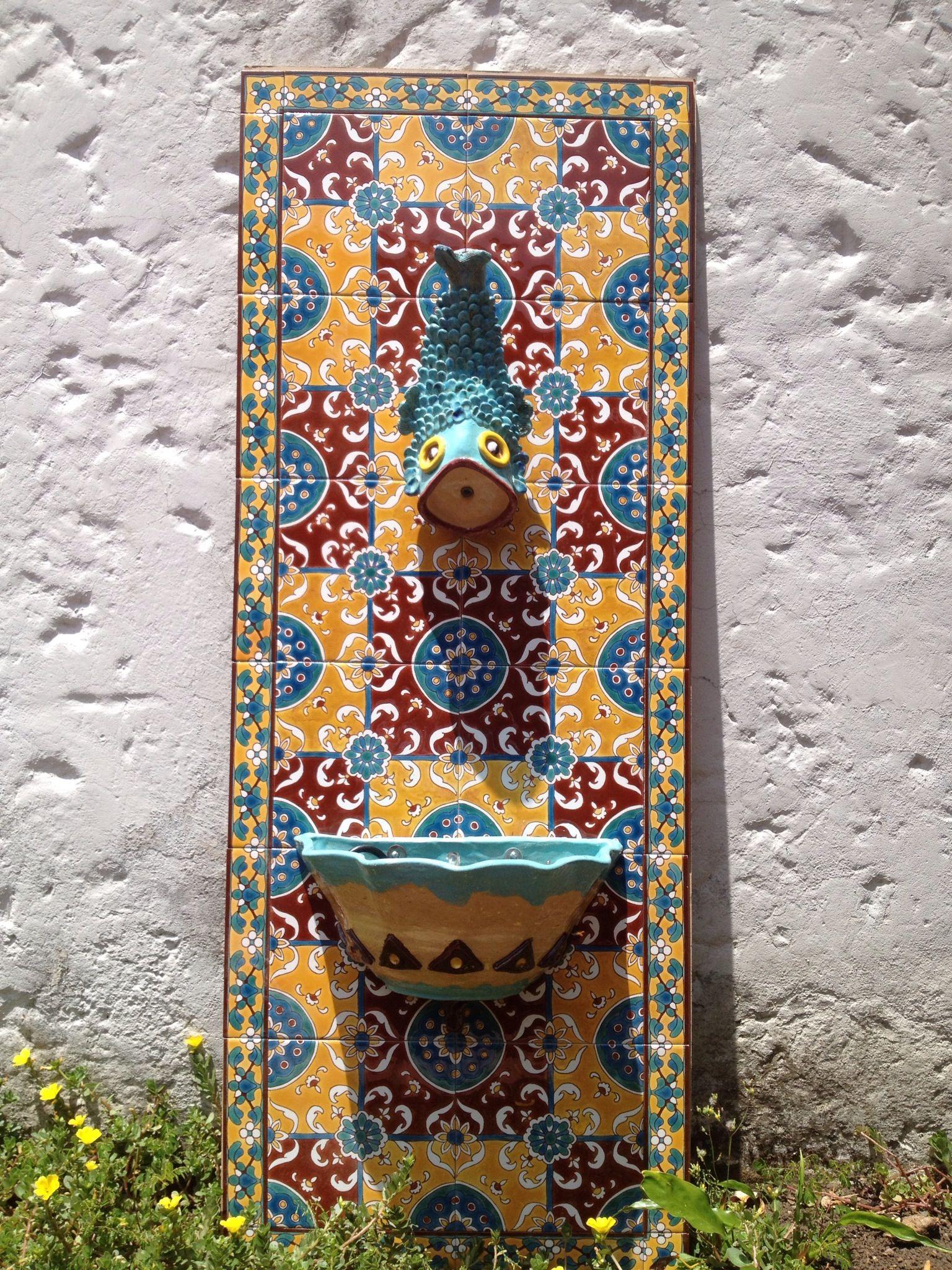 Fuente de pared baldosas pintadas a - Fuente para patio ...