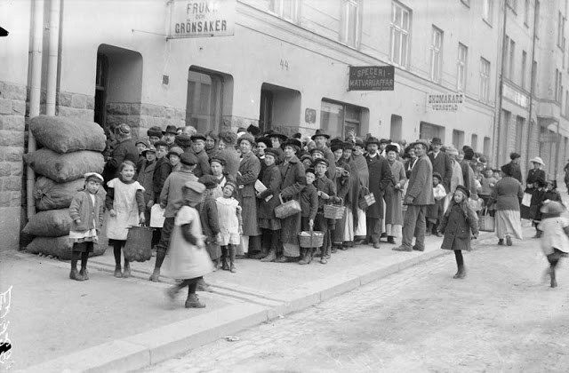 People queuing for potatoes on Södermannagatan in 1917. Though not a combatant, Sweden was hit hard by the naval blockade of WWI and suffered severe shortage of food.  Photo by Axel Malmström, Stockholms stadsmuseum, item E 14291, used under a Creative Commons license