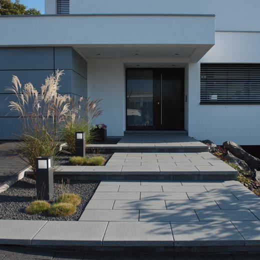 Gartenanlage zaun eingangstreppe hofeinfahrt vordach architektur wohnen hauseingang gestalten - Vorgartengestaltung modern ...