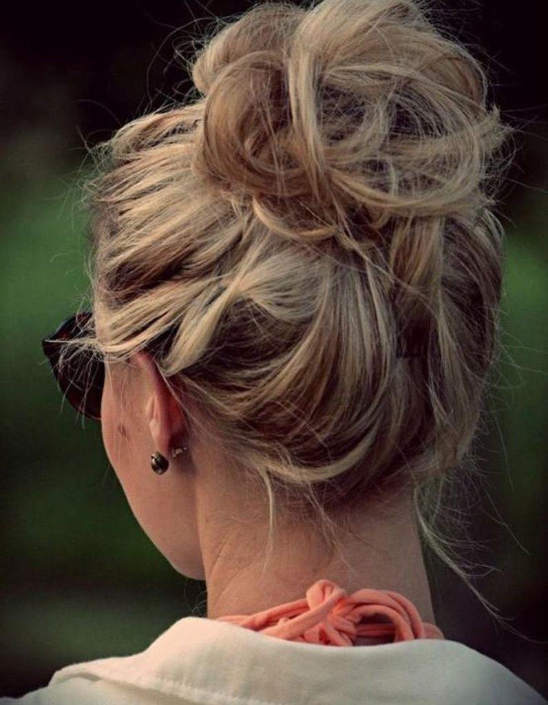 Chignon haut et flouRelevez l\u0027intégralité de votre chevelure en hauteur et  à l\u0027aide de pinces à chignon uniquement (sans élastiques) fixez le tout.