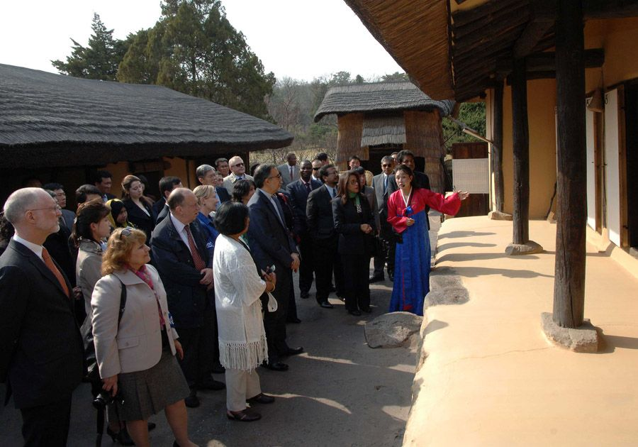 주조 외교대표들과 국제기구대표들 만경대 방문