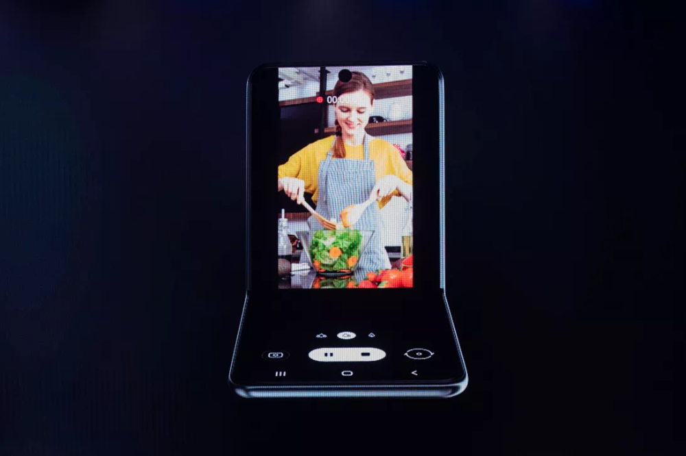 Samsung's flip-phone style foldable rumored to cost about $850