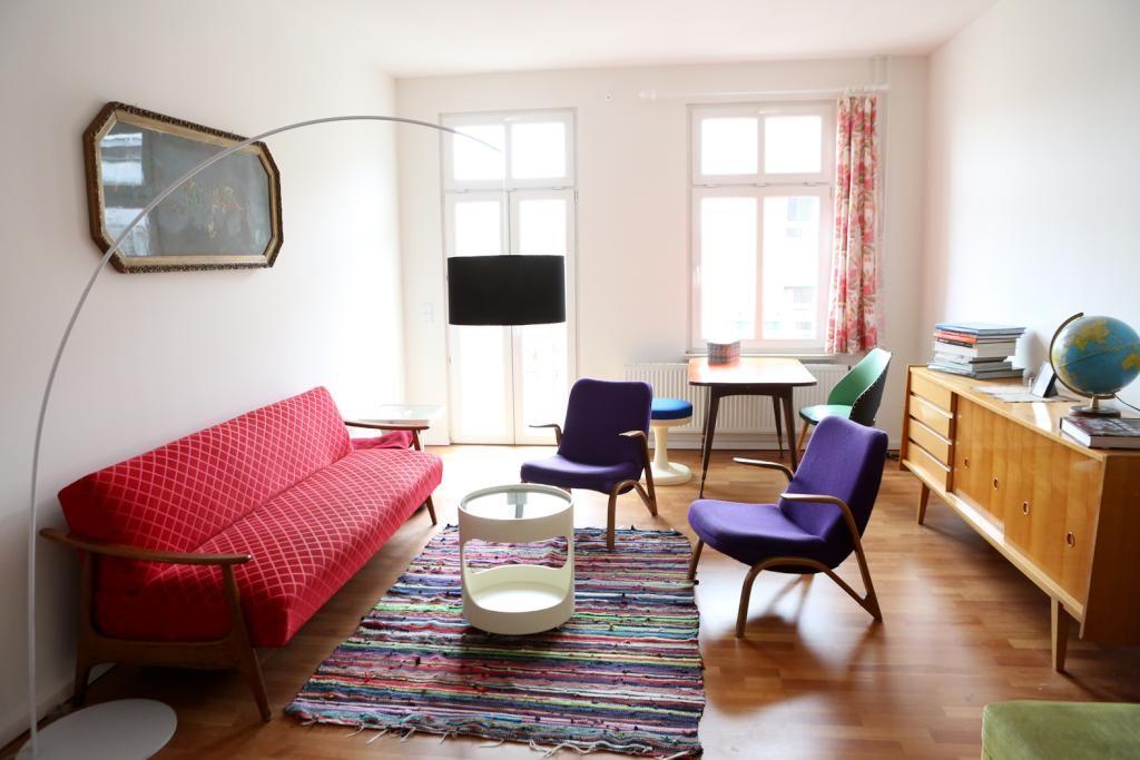 Modern eingerichtetes Wohnzimmer mit Farbakzenten in rot und lila - Wohnzimmer Modern Lila