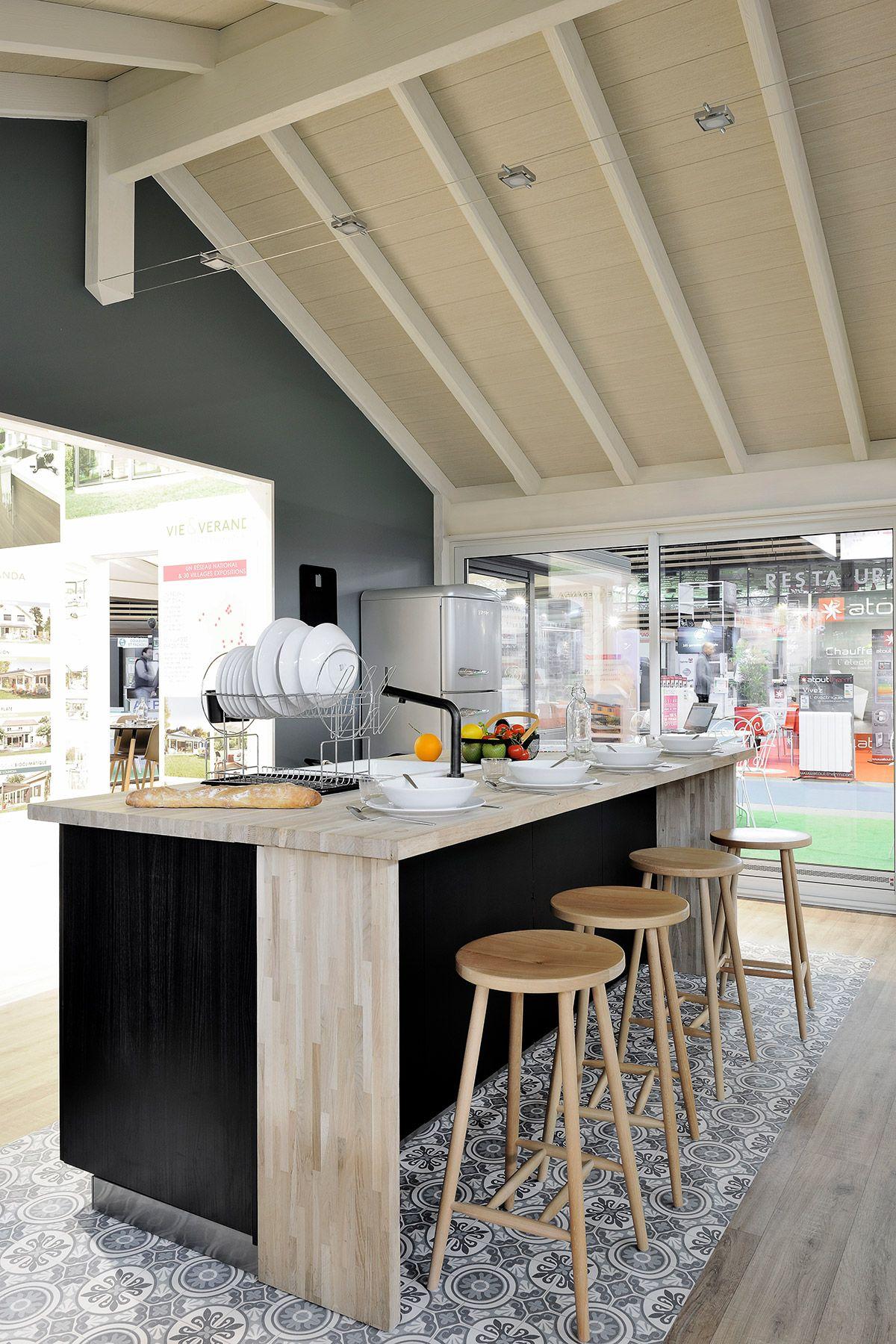 Une cuisine dans une véranda extension réalisée par Vie & Véranda, présentée à la Foire de Lyon ...