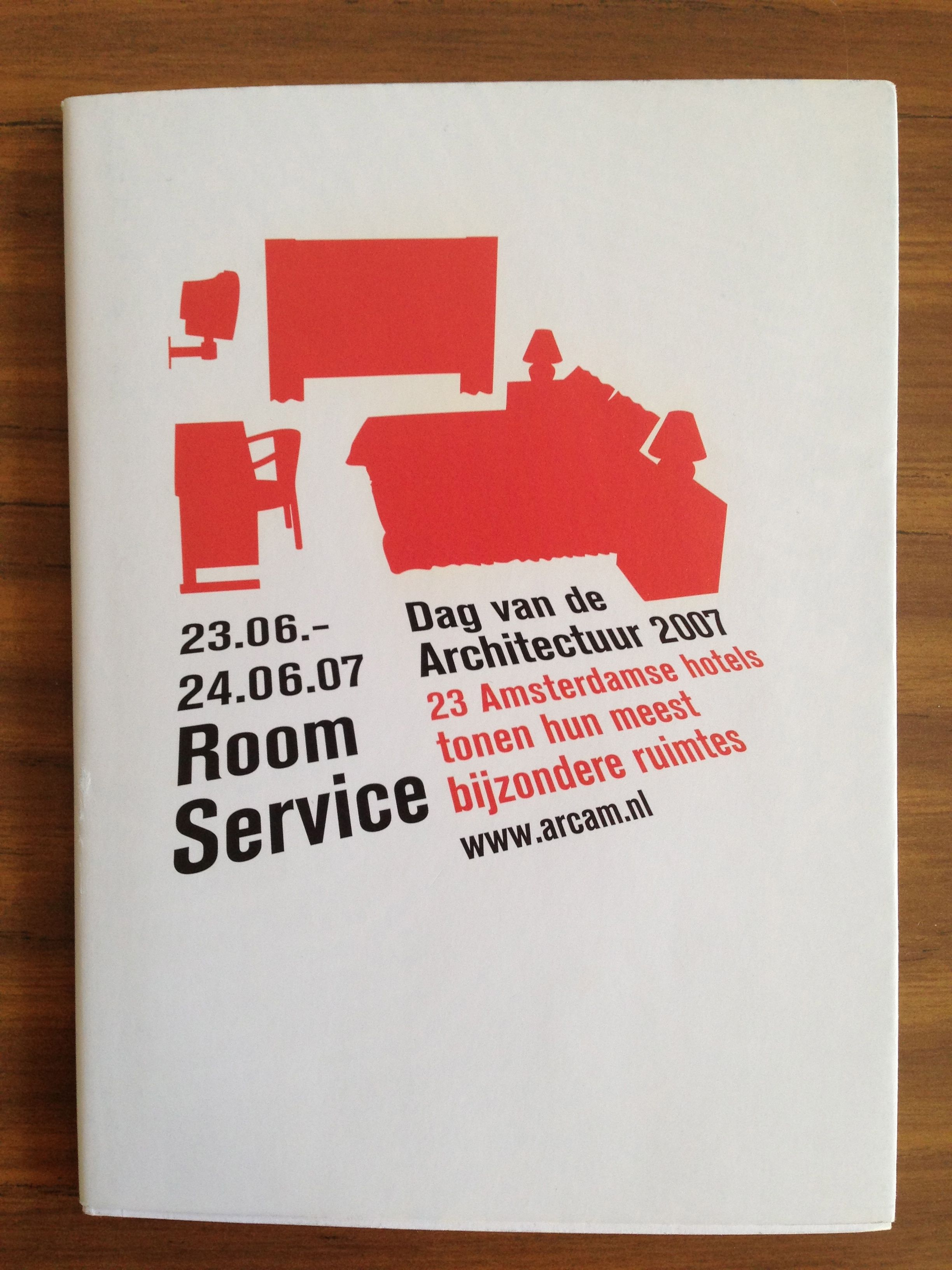 Boekje bij evenement 'Room Service': openstelling van 23 Amsterdamse hotels voor publiek. Het boekje bevat o.a. een tekst over trends in hotelarchitectuur (2007)