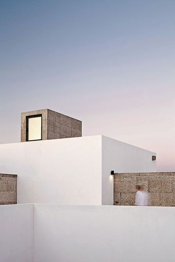 Les éléments architecturaux renforcent l'aspect cubique de la maison
