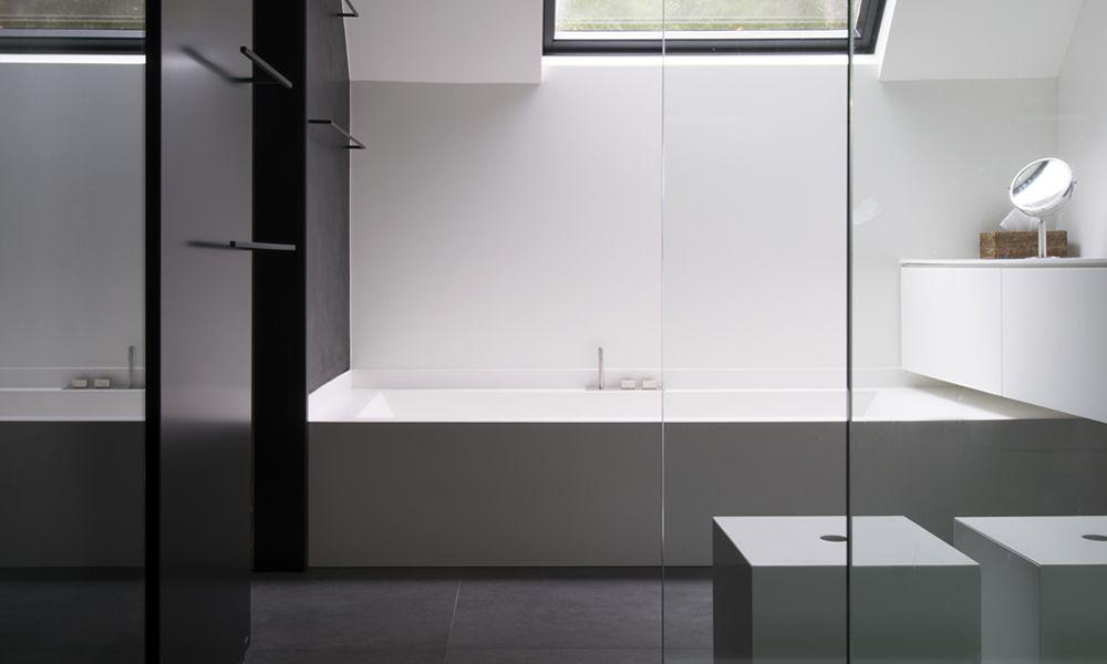 Moderne badkamer, maatwerk in Solid Surface, ligbad ...