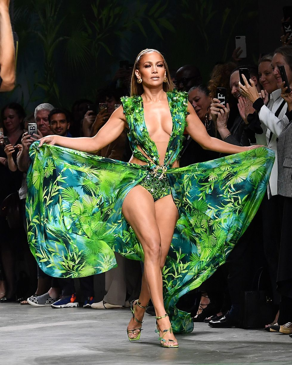 Jennifer Lopez Just Walked The Versace Runway In Her Iconic Grammys Dress Grammy Dresses Versace Dress Fashion [ 1225 x 980 Pixel ]
