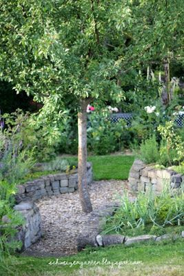 Ein schweizer garten der juli ist im anmarsch garten for Gartengestaltung um einen baum
