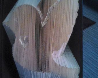 You will receive the pattern for this elegant hummingbird and a set of instructions on how to book fold. It is designed for a book about 21 cm long. I
