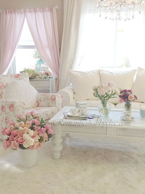 Chair slipcover with old fashioned rose pattern and - Salones estilo shabby chic ...