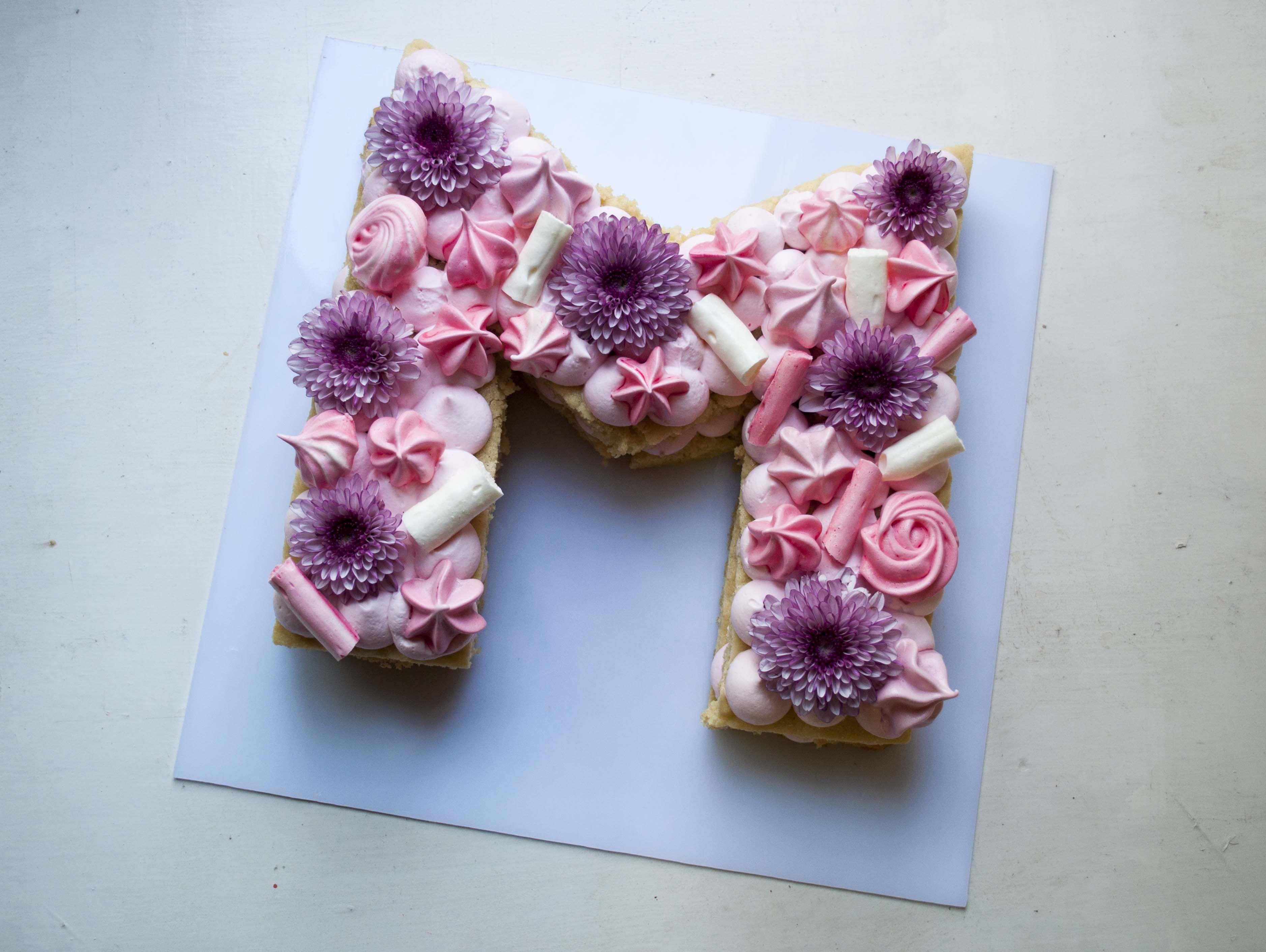 کیک حرف ام انگلیسی Mandala