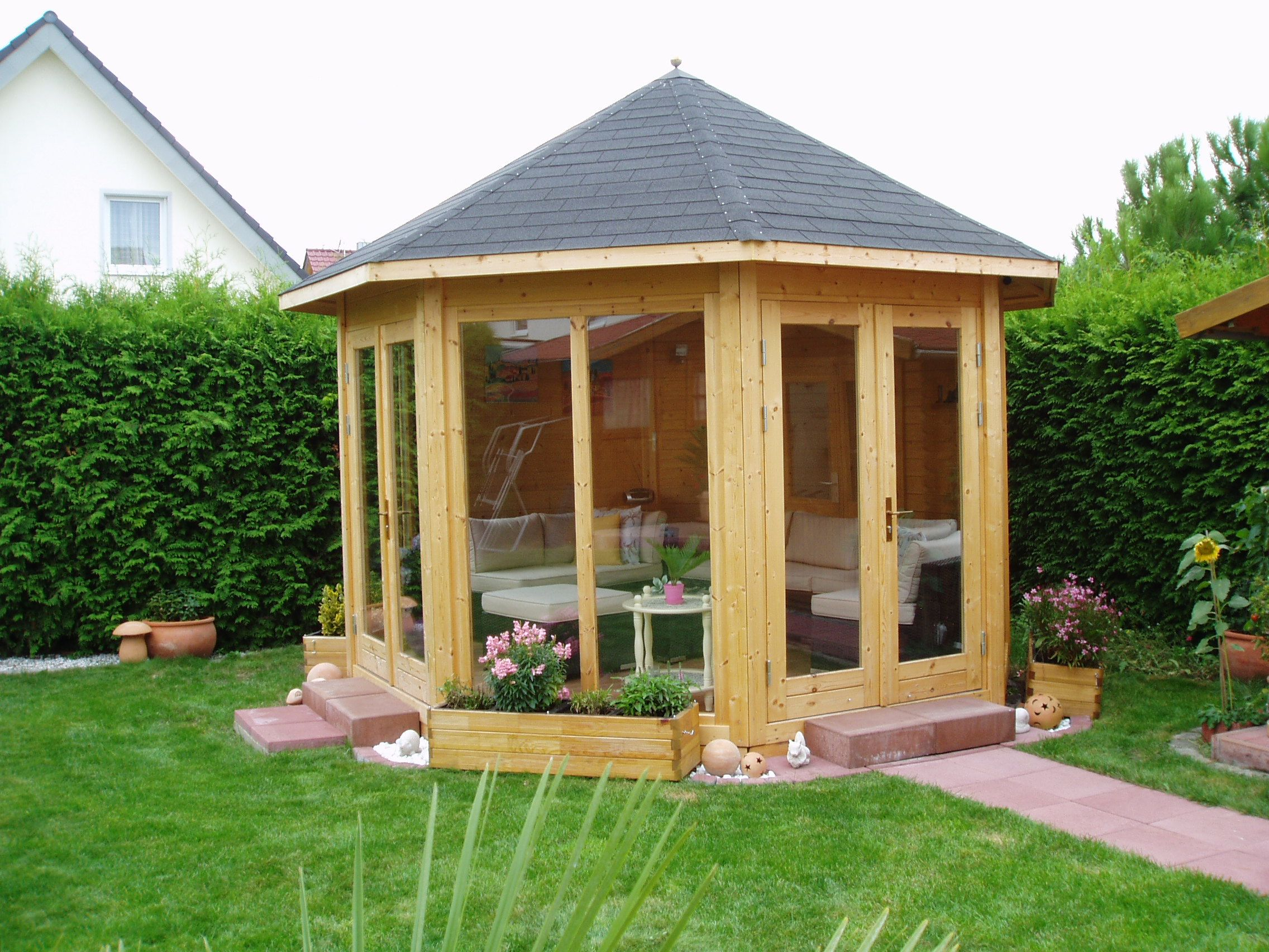 Gartenpavillon aus holz mit gem tlicher sitzecke gartenpavillons garten pavillon garten - Garten sitzecke holz ...