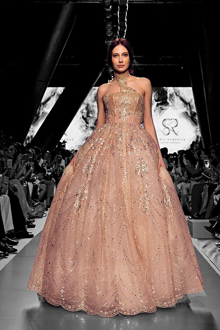 Arab Fashion Week Dubai Show Catwalk Runway Designer Lace Dress Luxury Inspiration Model Beauty Art Feminity Femmefatale Sylwiaromaniuk