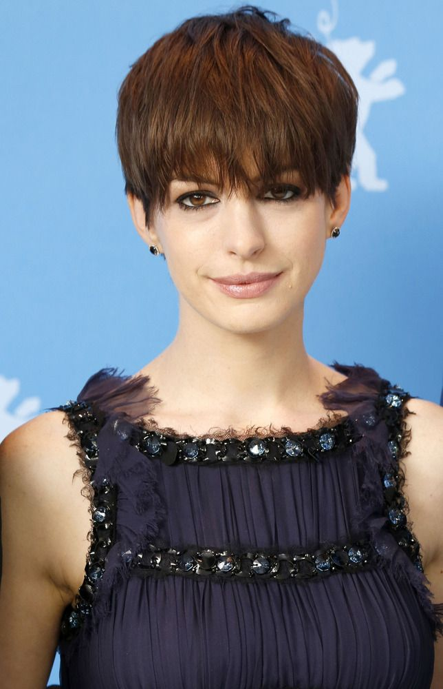 Remember When Anne Hathaway Looked Like This Short Hair Styles Wet Look Hair Anne Hathaway Hair