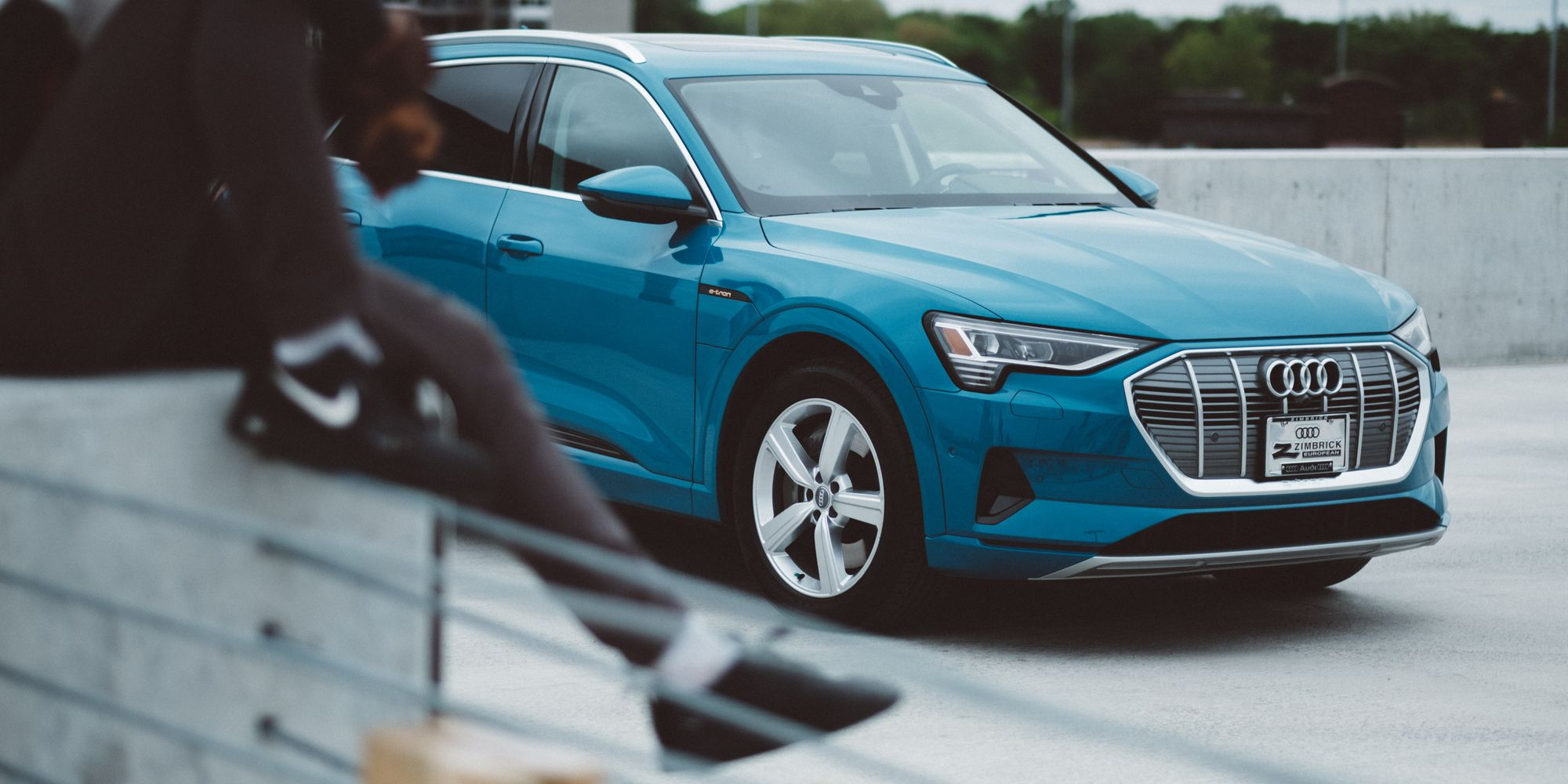 The Way Electric Should Be Eye Catching And Electrifying The Audi E Tron Is Here And It Boasts A Strong Yet Sleek Suv Design But Audi E Tron Audi E Tron