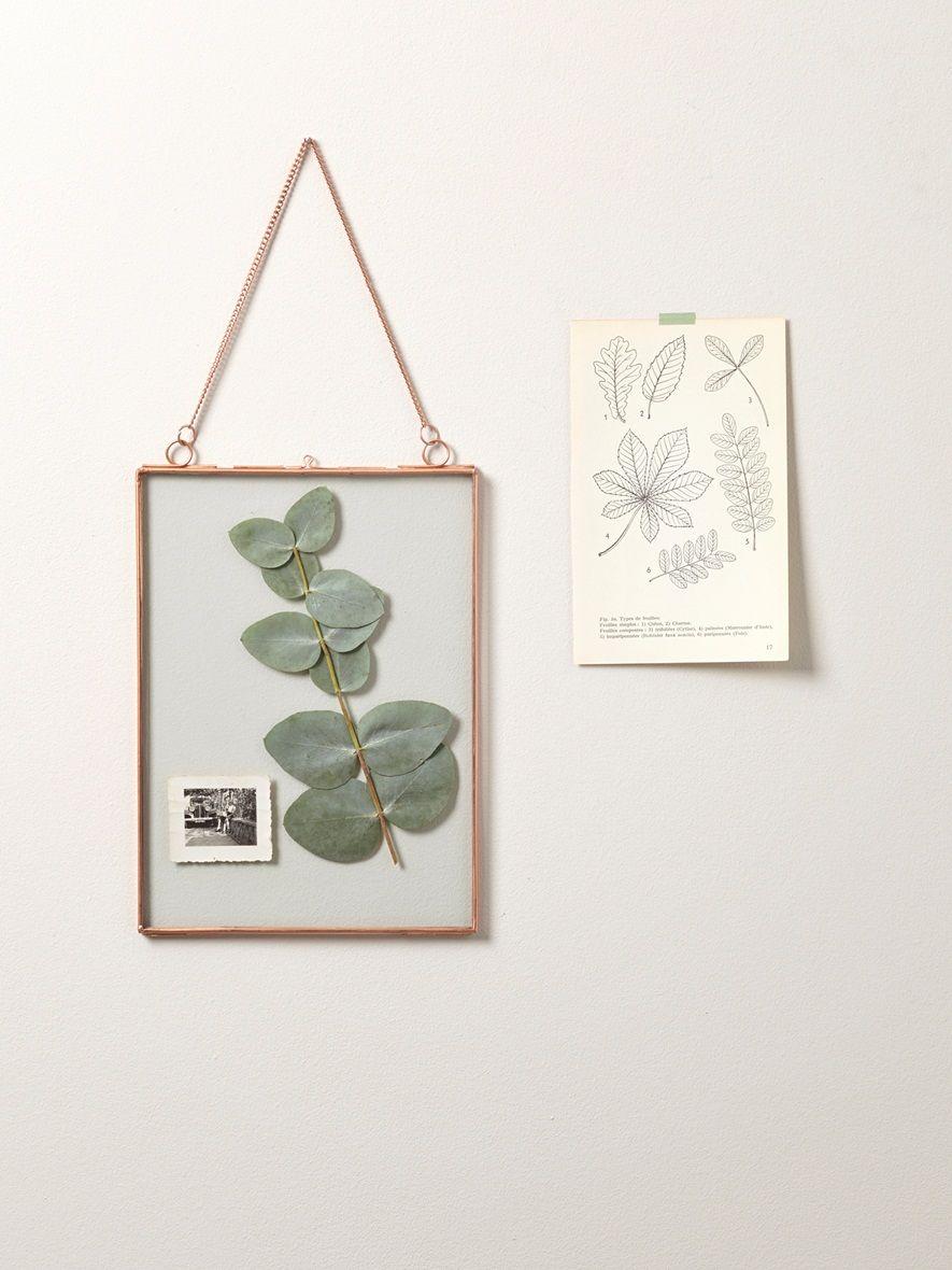 Cadre photo vintage finement bordé de métal cuivré et suspendu par ...
