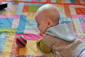 En lille, sej, hæklet trøje med hætte. Den er superenkel og indbyder til at lege med farver. Mønsteret giver en lækker struktur. Garnet er Allino fra BC garn. En blanding af bomuld og hør, som fås ...