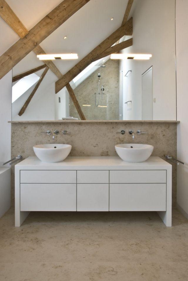 badezimmer-dachschraege-holzbalken-spiegelwand-fliesen-naturstein - badezimmer waschtisch mit unterschrank