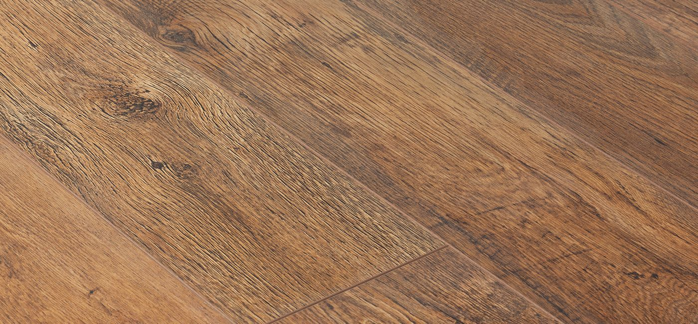 The kronostep vario range cleverly creates the look and feel of a solid wood floor with the aid of bevelled v grooves on all 4 sides of each panel
