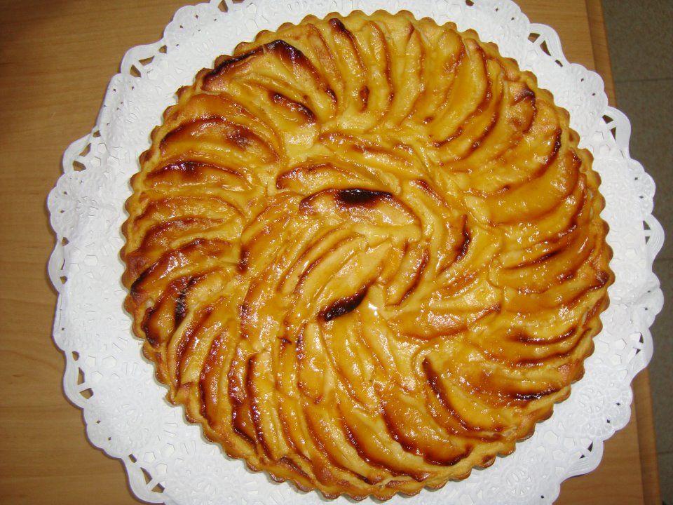 #TARTA DE #MANZANA #entulinea Batir 4 manzanas, 1 huevo, 3 claras, un chorrito de leche desnatada y sucaflore ( 1 ct). Añadir 150gr de harina mezclada con 1ct de levadura. Y volver a mezclar todo muy bien. Verter en un molde de silicona y adornar la tarta con otras dos manzanas. Meter en el horno precalentado a 180º durante 25 min. Puedes poner el grill al final para que se doren las manzanas, pintar la tarta con mermelada de melocotón rebajada con un poco de agua caliente.