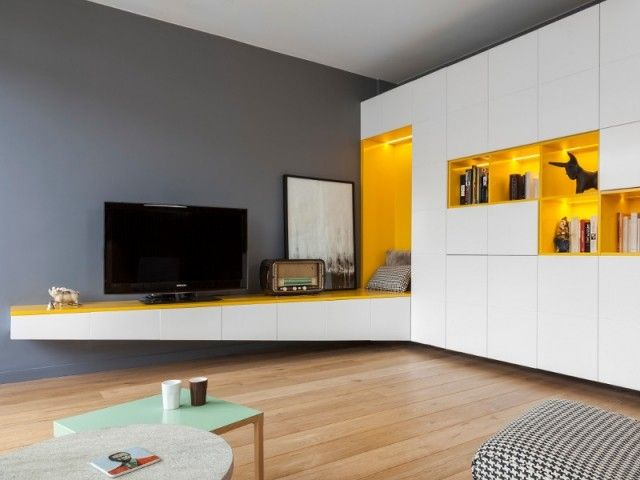 Un meuble de rangement sur-mesure structure un appartement rénové