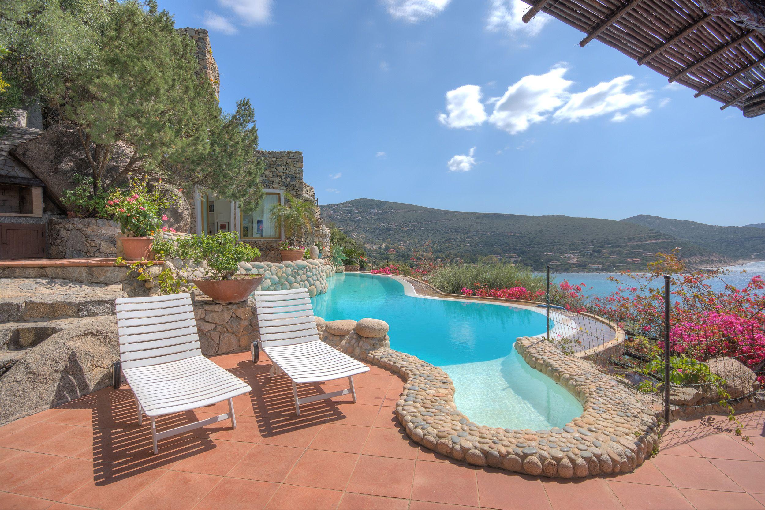 Très belle piscine avec vue mer dans cette incroyable