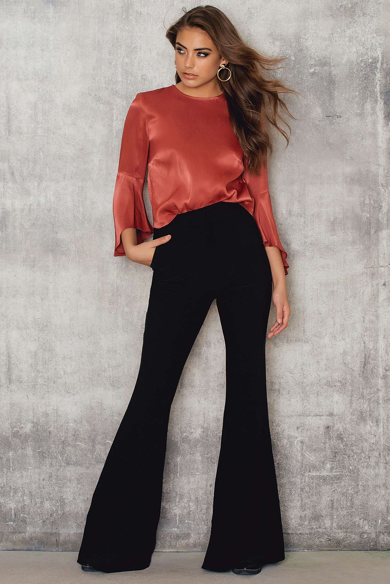 Embrace you inner boho-babe with these flared pants! The Hara Pant by Stylestalker comes in black and features high waist, flares out at hem and a hidden zipper at back. Style them with a cropped top, velvet choker and a big hat to complete this boho look!