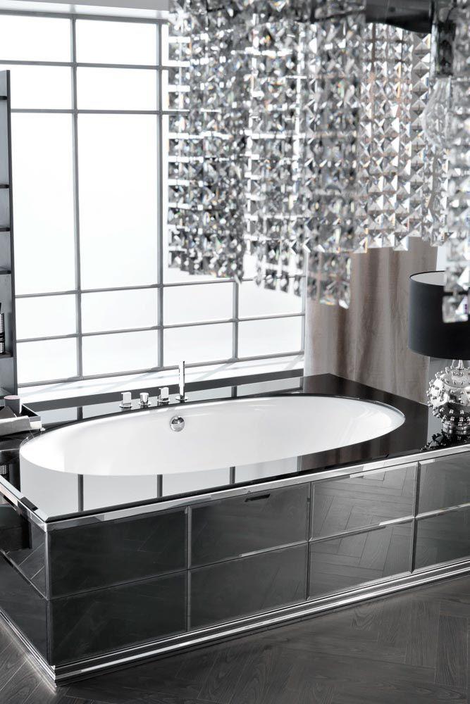 Superbe baignoire gris ardoise dans une pièce lumineuse argenté avec