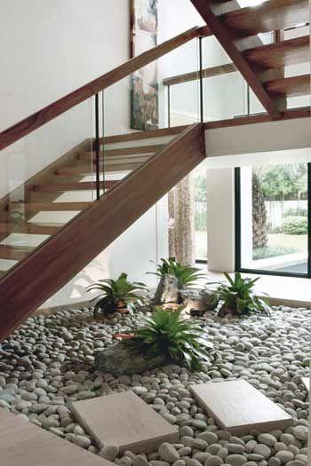 escalera madera con soportes laterales