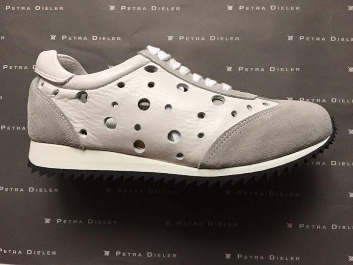 Weißer Sneaker im Materialmix von Petra Dieler www.petra-dieler.com
