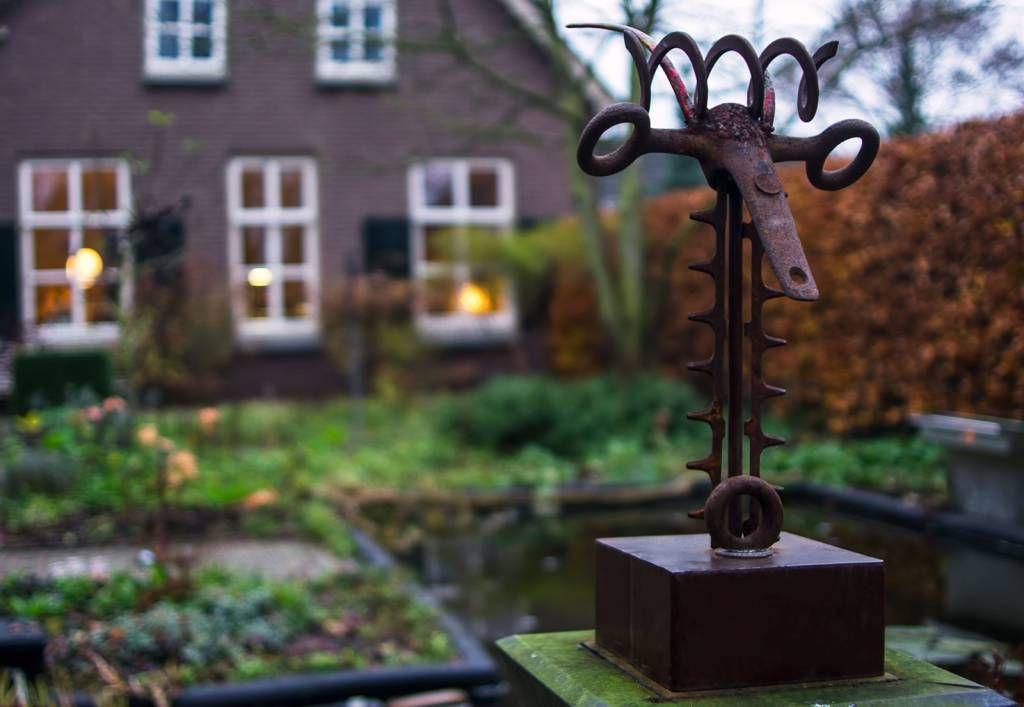 Op zondag 30 november vond een open atelier dag plaats bij kunstenares Tonny Strik aan de Lutterveldsestraat te Kerk-Avezaath. In de tuin stonden diverse metaal plastieken gemaakt door Arthur Cornelissen. De beelden vormen gaan een eigen dialoog aan met de tuin, ze komen voort uit het wezen van de natuur in hun vormentaal, zoals een vogel, de bok, ronde lijnen en rustige maar toch dynamische bewegelijkheid; alsof het verweerde ijzer de frisse wind is die de tuin losmaakt van haar tuin zijn.