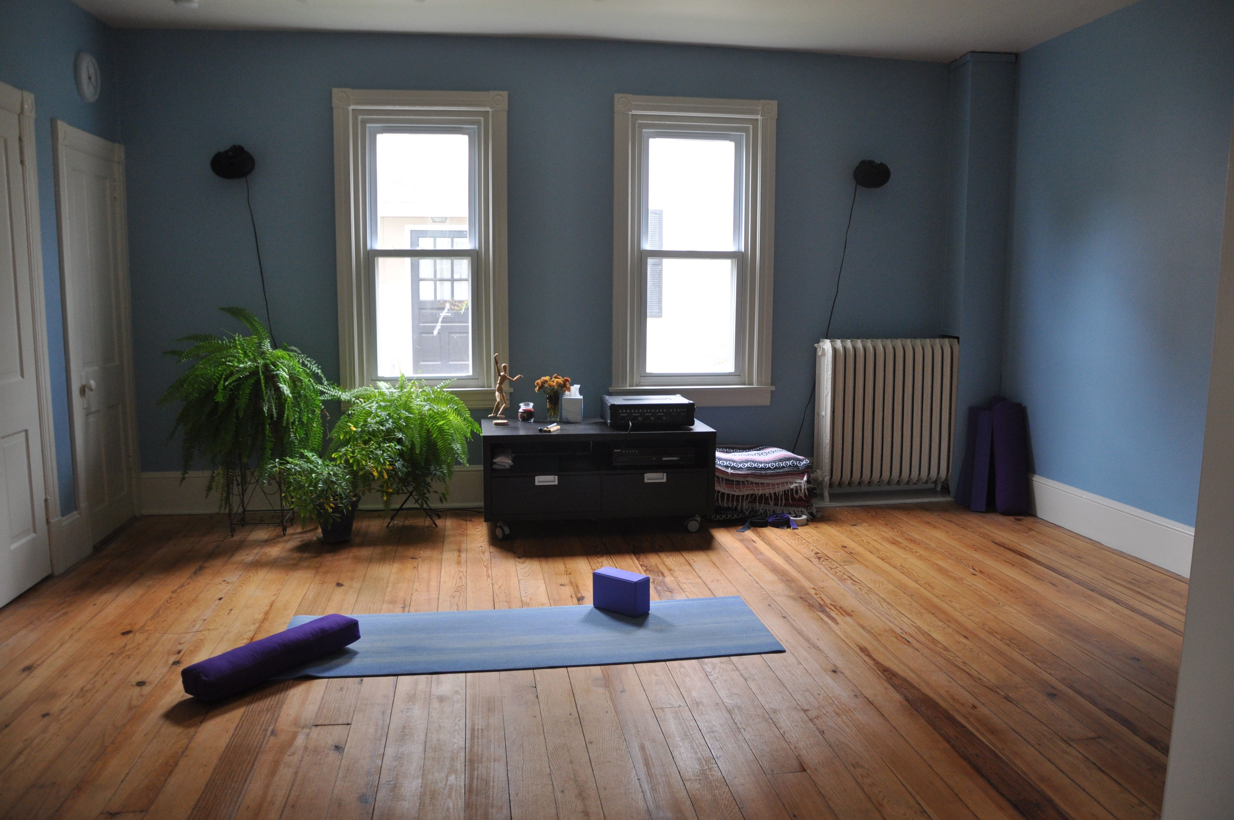 With Hardwood Flooring And A Minimalist Design You Can Bring The Serenity Of The Yoga Studio Into Your H Home Yoga Room Yoga Room Design Meditation Room Decor