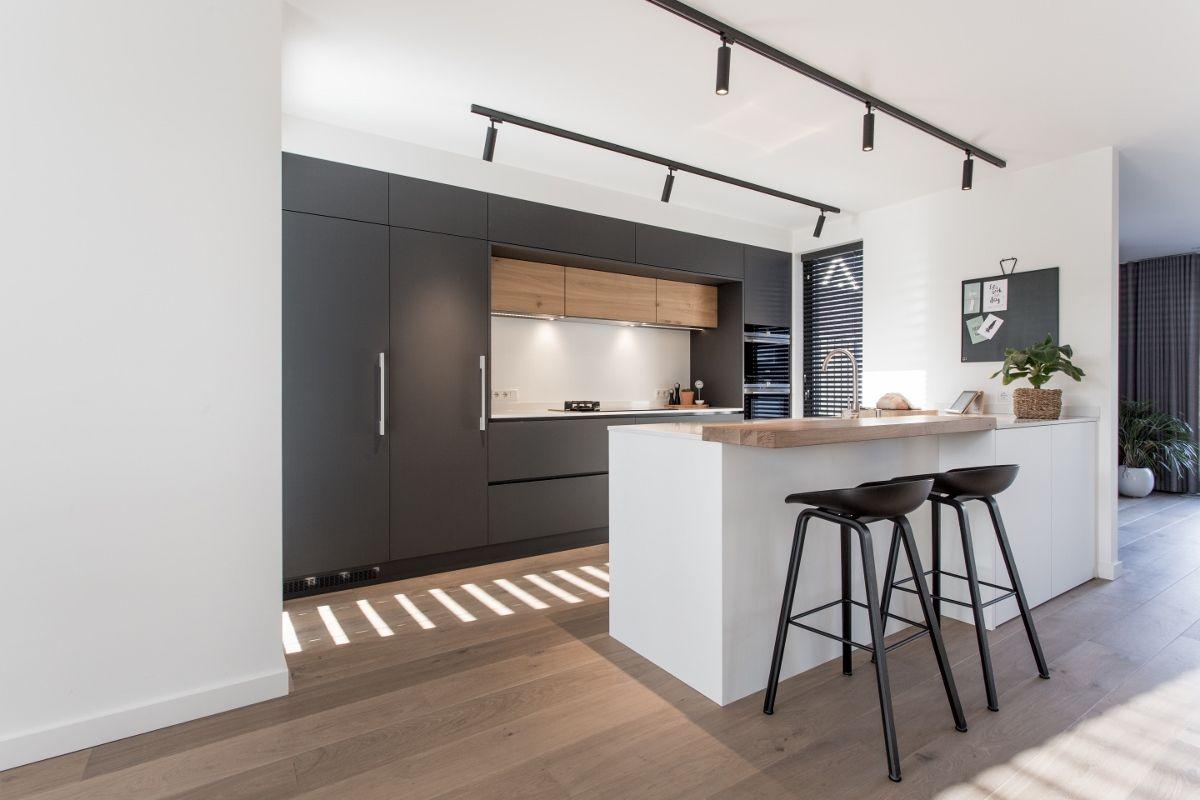 Mat zwarte keuken gecombineerd met hout een wit eiland